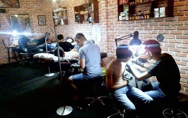 Đỗ Nhân Tattoo là một trong những địa chỉ xỏ khuyên rốn, môi, mũi và chân mày an toàn ở Sài Gòn