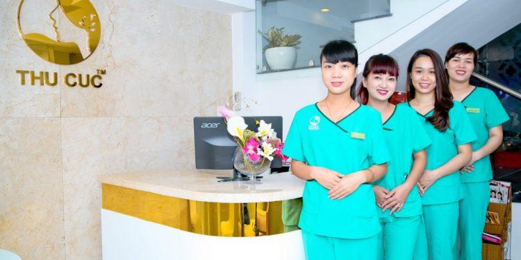 Thu Cúc Sài Gòn luôn kiểm tra sức khỏe của khách hàng trước khi thực hiện nâng chân mày